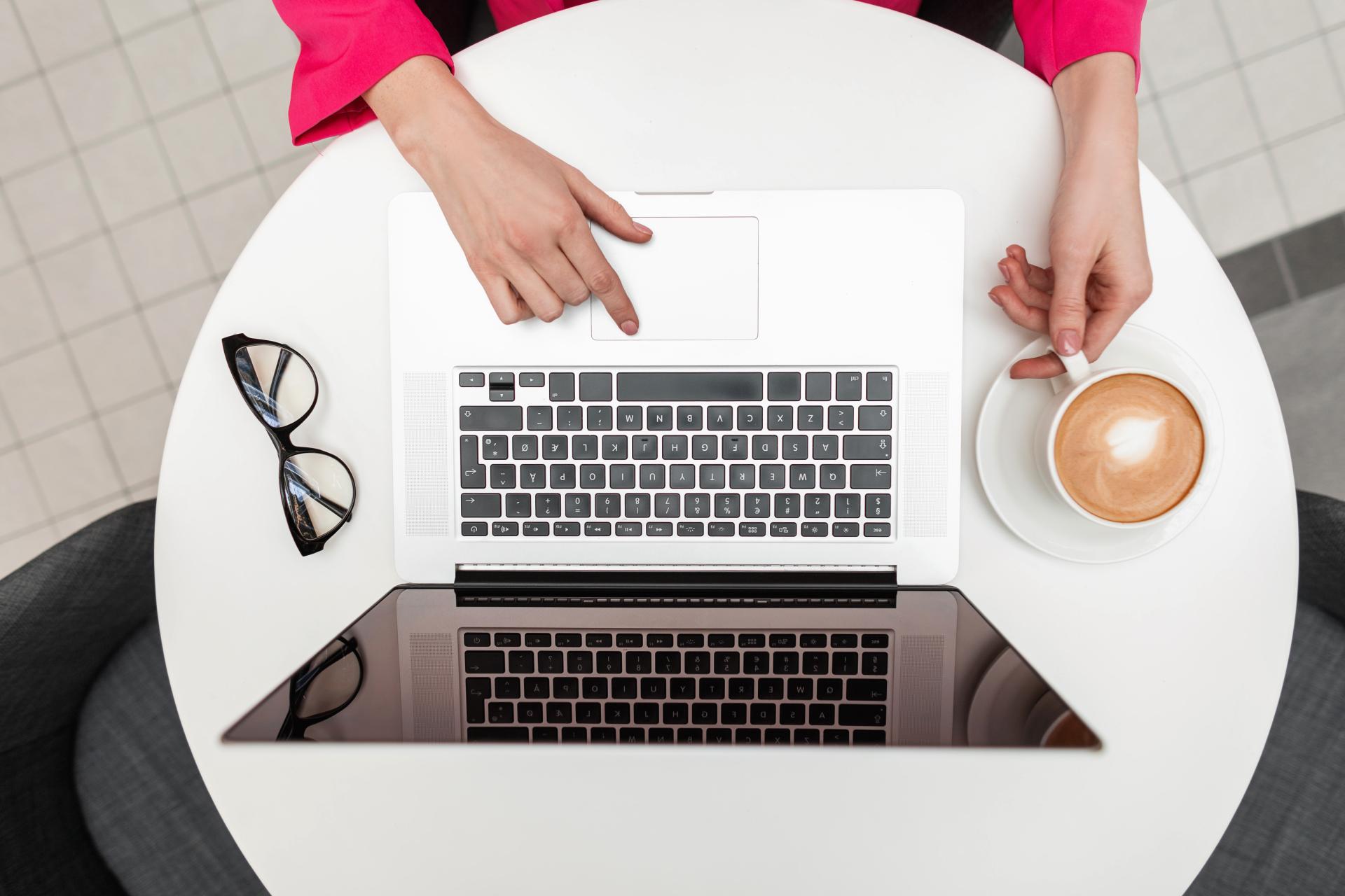パソコンとコーヒーとメガネ