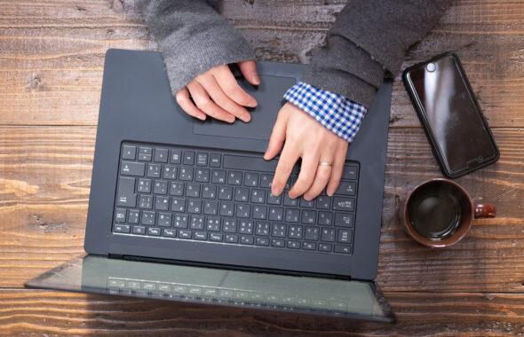 パソコンを打つ女性の手