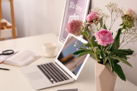 ピンクの花とパソコン